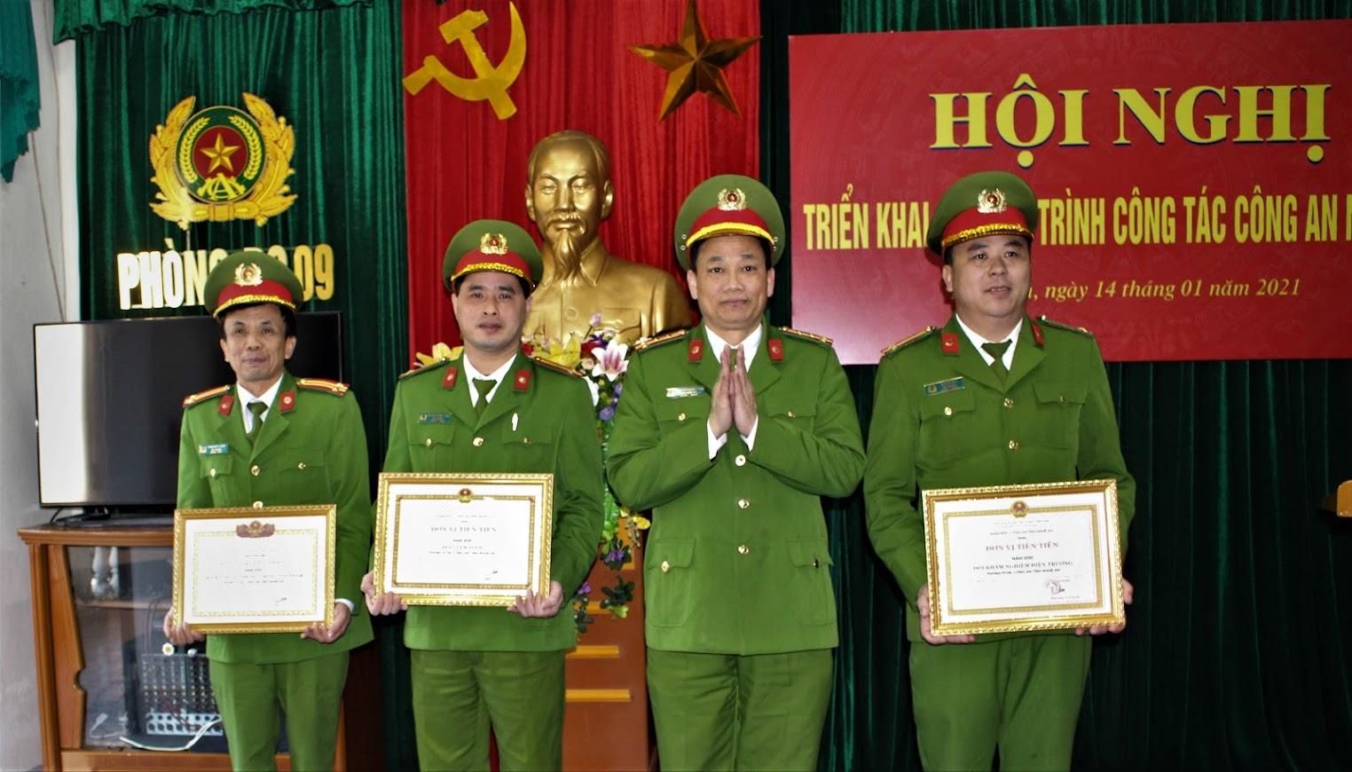 Đại tá Nguyễn Mạnh Hùng, Phó Giám đốc Công an tỉnh trao tặng danh hiệu Đơn vị Quyết thắng, Đơn vị tiên tiến