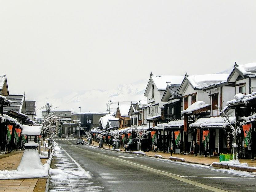 修景が進む切妻町家の町並み『塩沢』