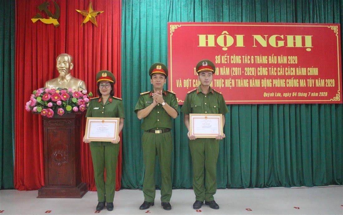 Thượng tá Tạ Đình Tuấn, Trưởng Công an huyện khen thưởng 2 cá nhân có thành tích xuất sắc trong phòng chống dịch Covid và phòng chống tội phạm