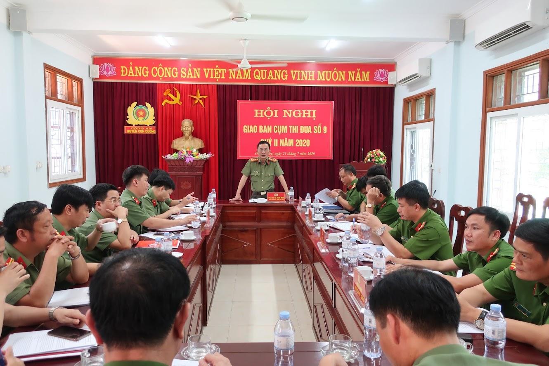 Đồng chí Đại tá Lê Xuân Hoài – Phó Giám đốc Công an tỉnh ghi nhận và biểu dương kết quả Công an các huyện trong cụm thi đua số 9 đã đạt được trong Quý II/2020