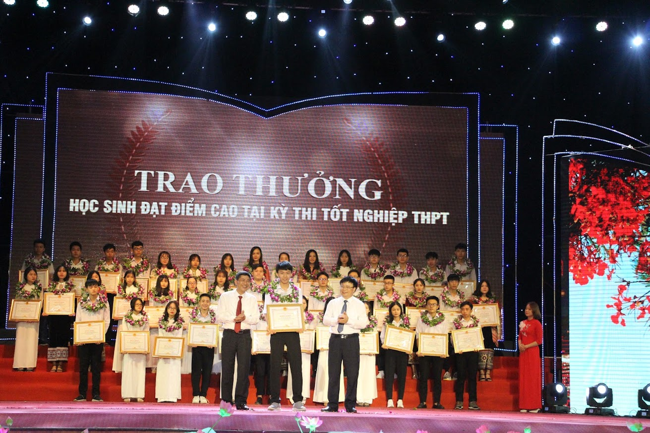 Đồng chí Bùi Đình Long - Phó Chủ tịch UBND tỉnh và đồng chí Thái Văn Thành - Giám đốc Sở GD&ĐT Nghệ An trao Bằng khen và phần thưởng cho các học sinh đạt điểm cao tại kỳ thi tốt nghiệp THPT năm 2020.