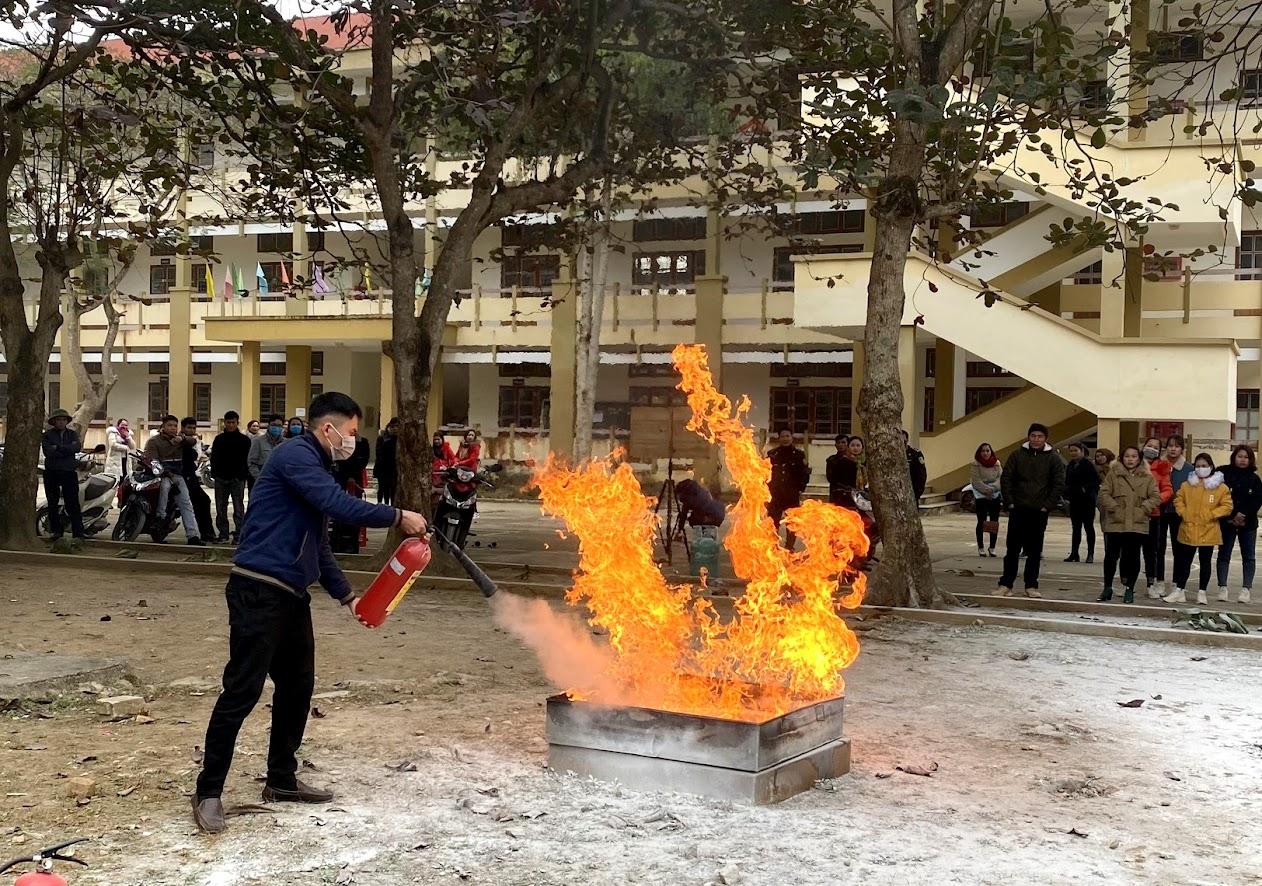 Thực hành dập đám cháy bằng bình cứu hỏa