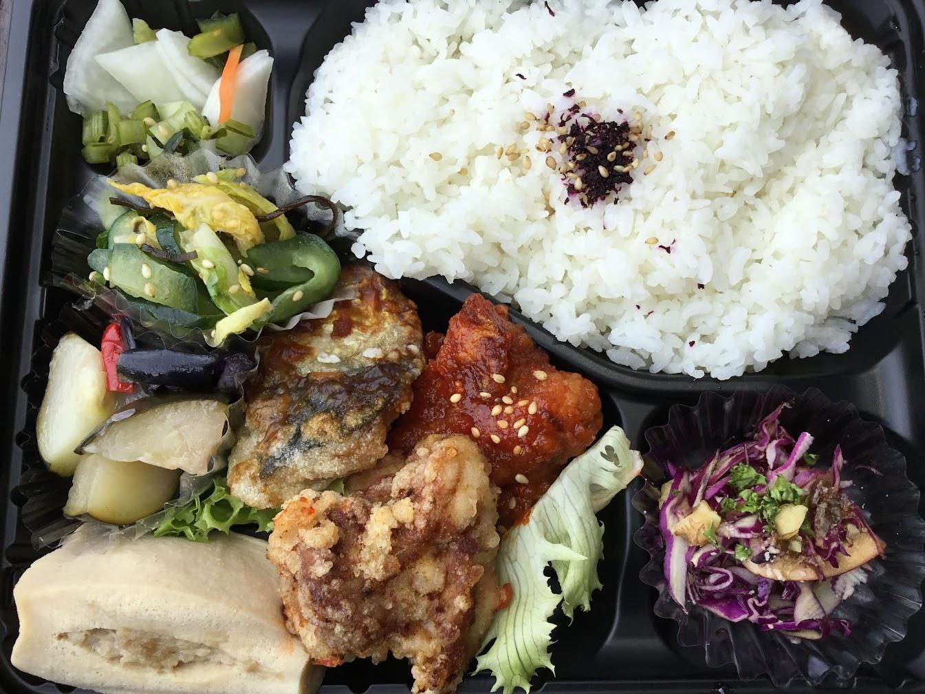 チハナは美味しいお弁当屋さん。弁当を買って、平和台で食べました。食べるって幸せだなぁ