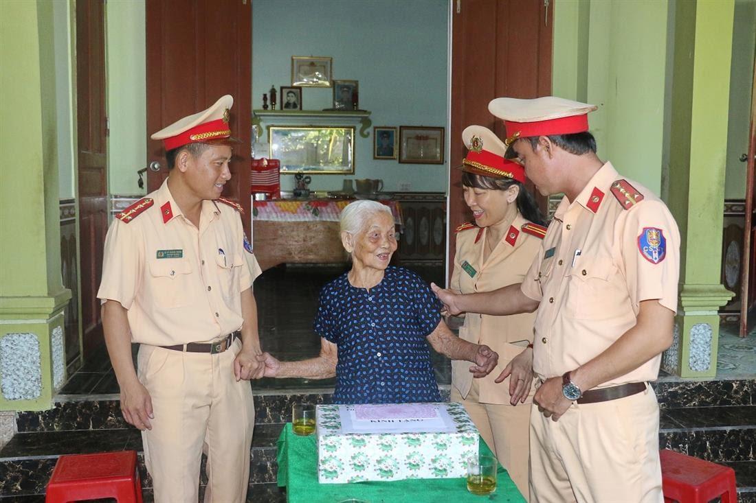 Cán bộ chiến sỹ đã ân cần thăm hỏi, động viên, chúc sức khỏe tới các mẹ.