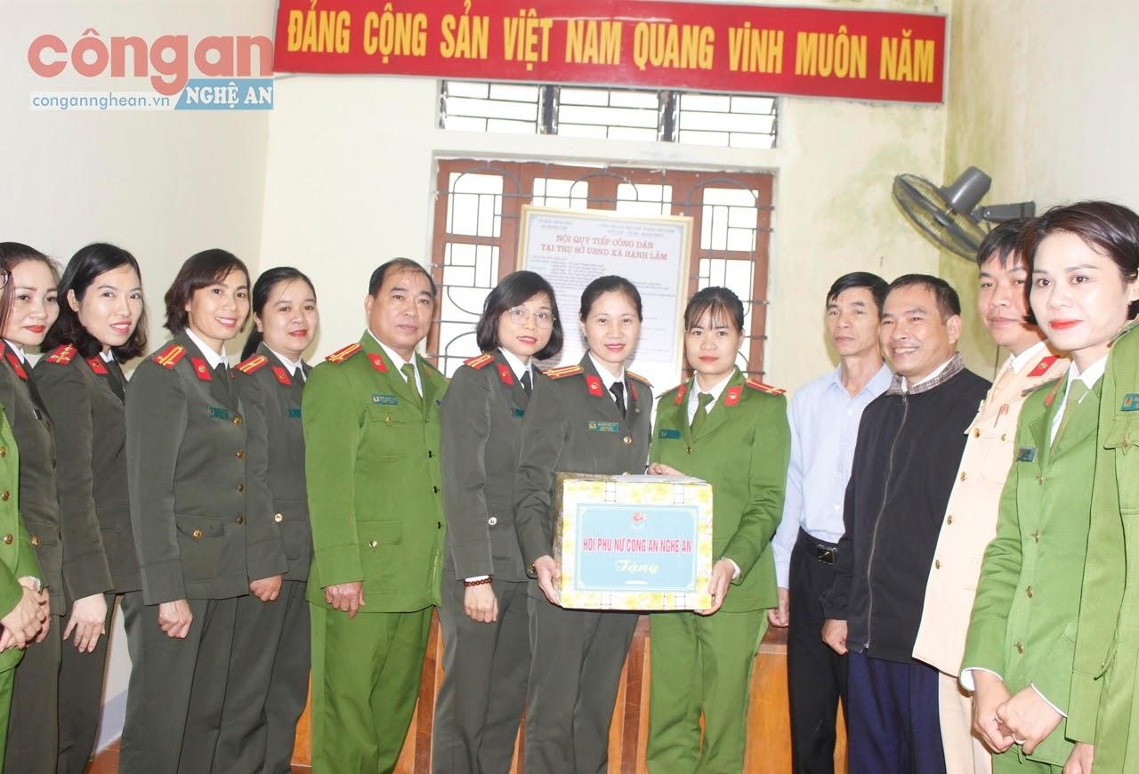 Hội Phụ nữ Công an Nghệ An tặng quà cho nữ Công an chính quy đảm nhiệm chức danh                    Công an xã trên địa bàn