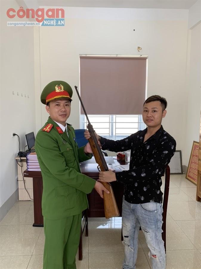 Đại úy Nguyễn Xuân Chung tiếp nhận vũ khí do người dân trên địa bàn phường giao nộp
