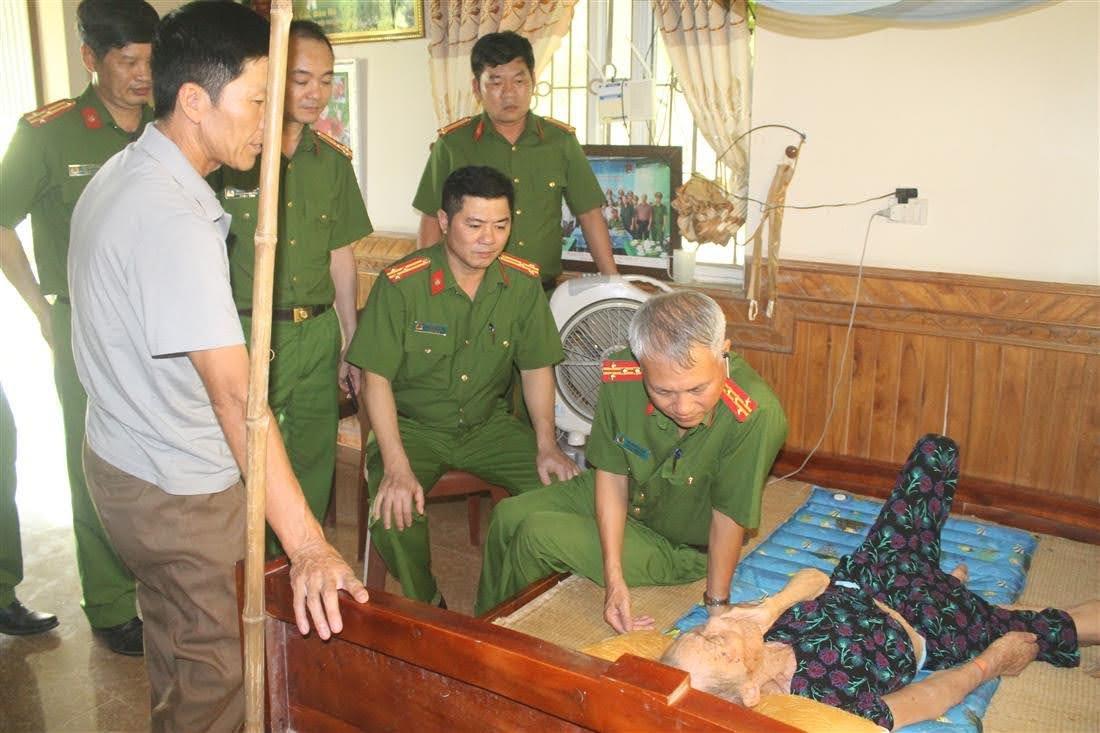 Đoàn thăm hỏi tặng quà cho mẹ Việt Nam anh hùng Phạm Thị Hòa