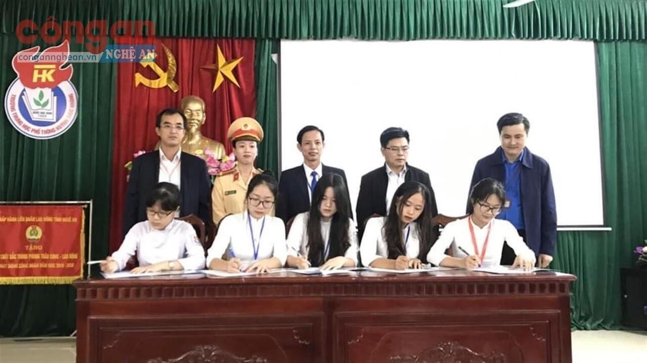 CATP Vinh tổ chức cho các em học sinh ký cam kết không vi phạm pháp luật