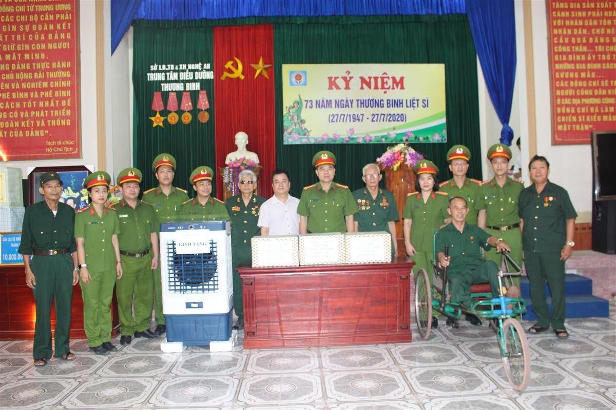 Tặng quà các thương bệnh binh tại Trung tâm