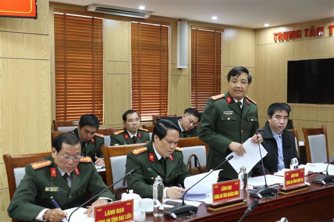 Đại tá Hồ Văn Tứ, PGĐ Công an tỉnh báo cáo về cơ sở vật chất của Trung tâm huấn luyện và bồi dưỡng nghiệp vụ Công an tỉnh Nghệ An