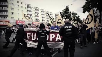 Rechte Demonstranten und Polizisten.