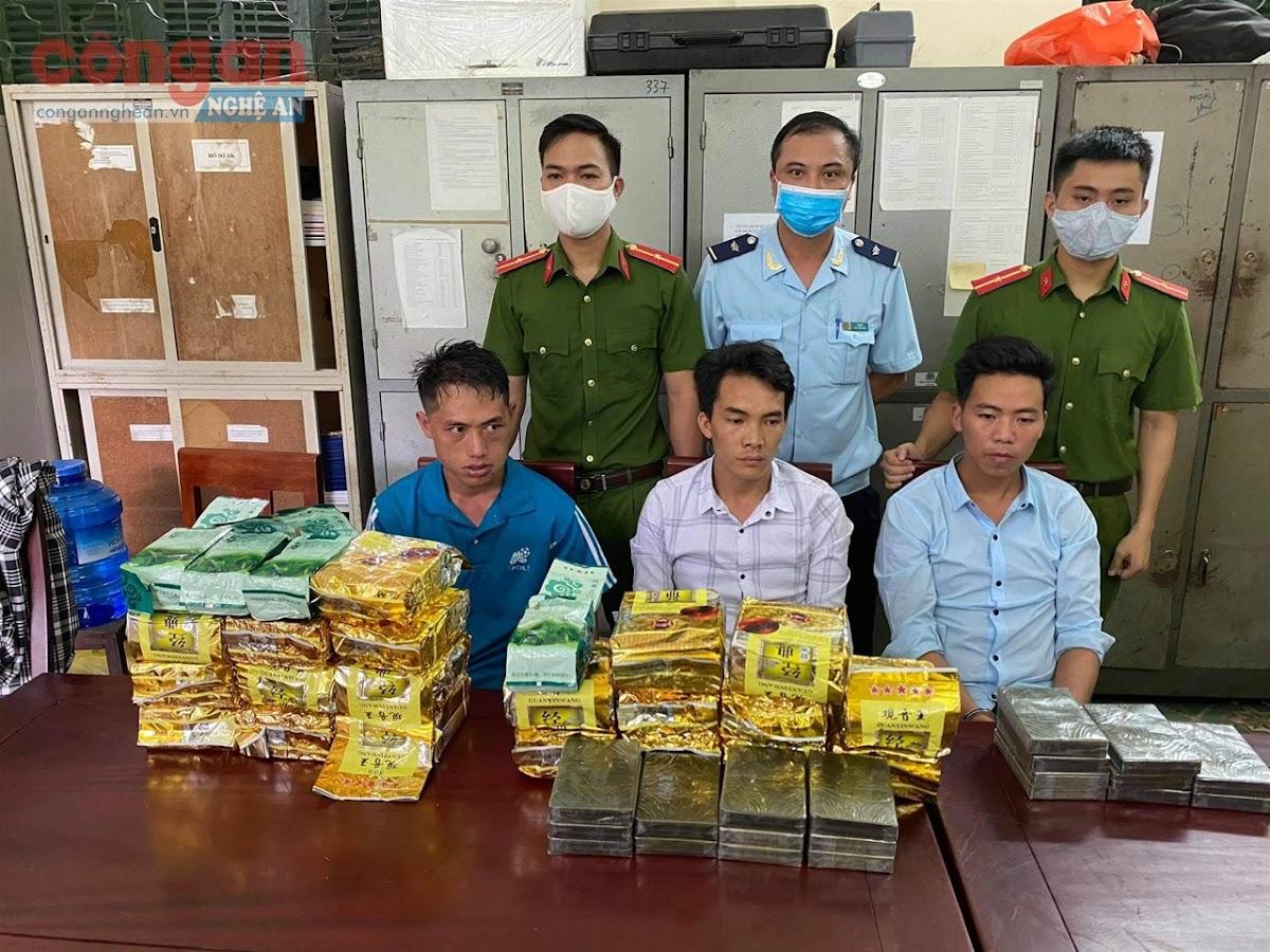 Công an huyện Kỳ Sơn phá thành công chuyên án, bắt giữ 3 đối tượng (X)                                               và thu giữ 20 kg ma túy dạng đá, 20 bánh hêrôin và 4 kg ketamin