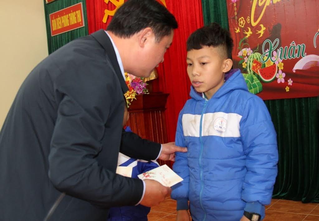 Tặng quà cho 2 em học sinh do Đồn biên phòng Thông Thụ nhận nuôi dưỡng