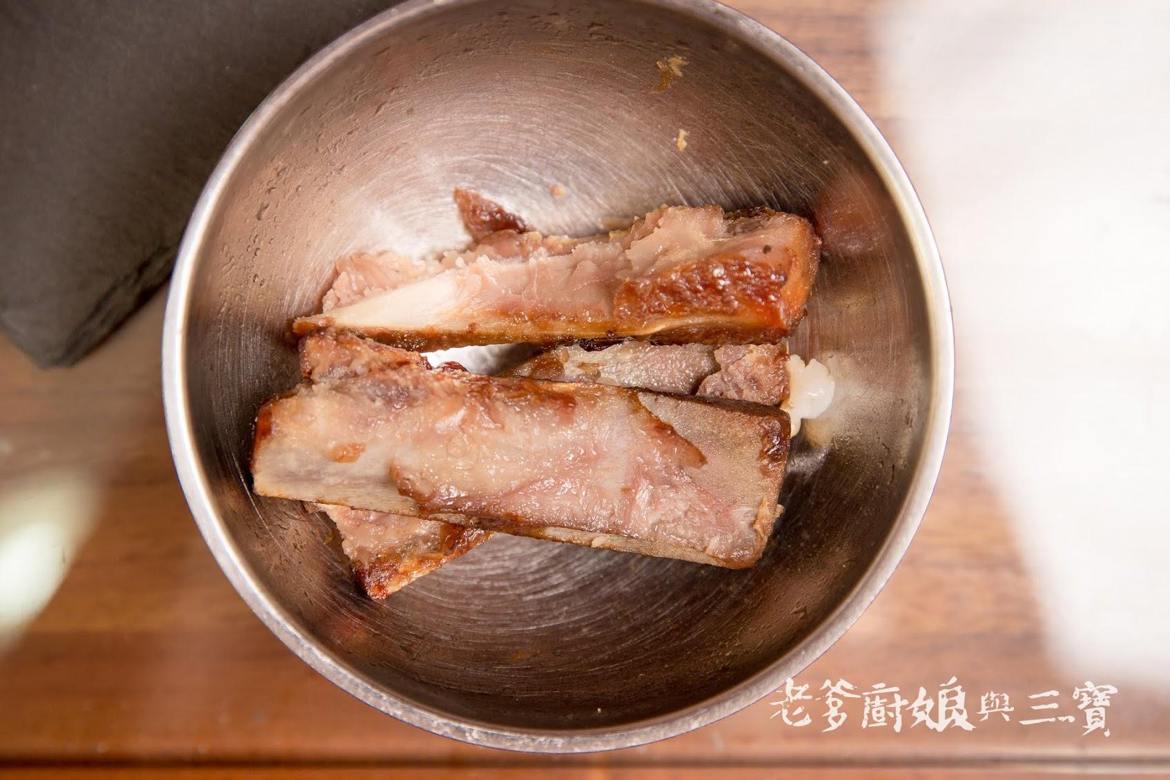 趁著哥哥睡著了,我們來大快朵頤吧!...宏品食鮮|梅花烤排+鹹豬肉
