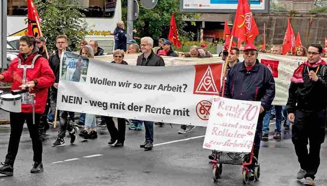 Demonstrierende, Transparent: «... weg mit der Rente 67», Kollege mit Rollator und Plakat: «Rente mit 70 und mit Rollator zur Arbeit?».