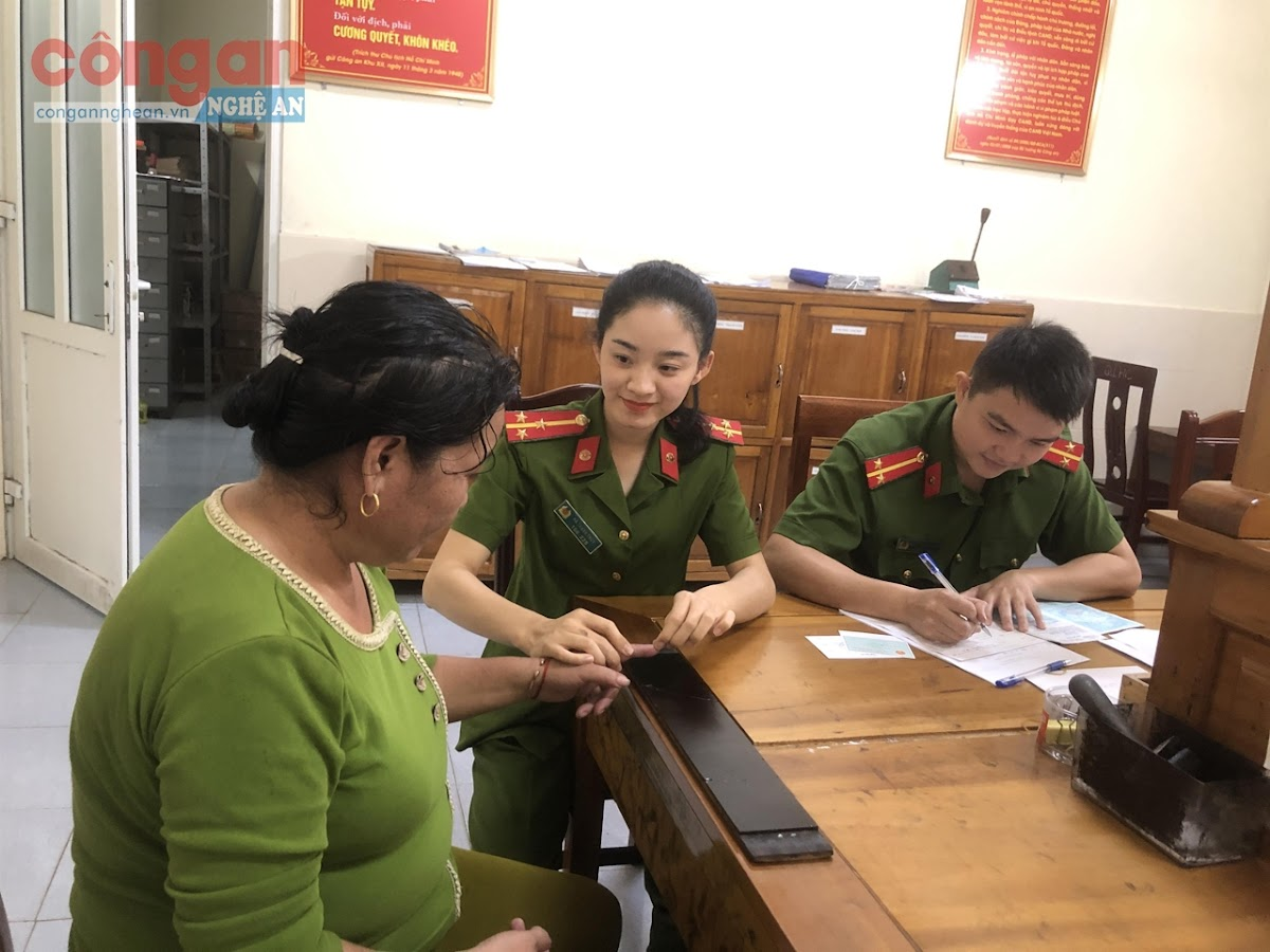 Cán bộ Công an huyện Tương Dương làm thủ tục cấp phát CMND cho người dân