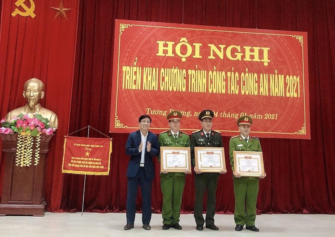 Đồng chí Phan Đức Sơn, Chủ tịch UBND huyện Tương Dương trao tặng giấy khen cho các tập thể đạt các thành tích xuất sắc