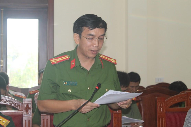 Đồng chí Thượng tá Tạ Đình Tuấn, Trưởng Công an huyện báo cáo tóm tắt kết quả 9 tháng đầu năm
