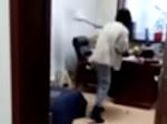 Diduga Pelecehan Seks, Viral Video Wanita Pukuli Bos Pakai Tongkat Pel