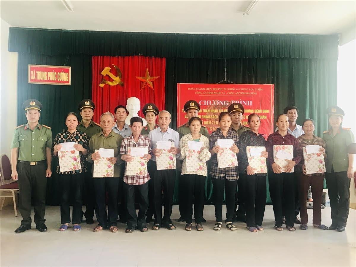 Đoàn Thanh niên, Hội phụ nữ  Khối XDLL Công an 2 tỉnh Nghệ An, Hà Tĩnh tặng 10 suất quà tại xã Trung Phúc Cường