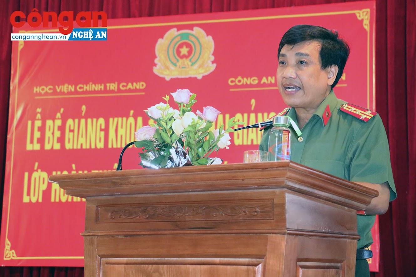Đồng chí Đại tá Hồ Văn Tứ, Phó Giám đốc Công an tỉnh ghi nhận, biểu dương kết quả học tập của các học viên.