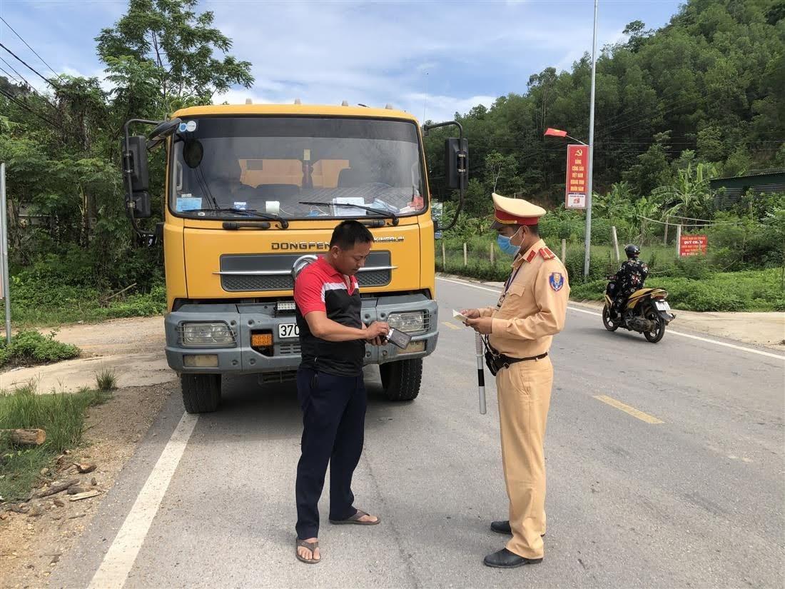 Cán bộ Đội CSGT số 4 tuyên truyền, nhắc nhở ý thức chấp hành Luật giao thông của các lái xe