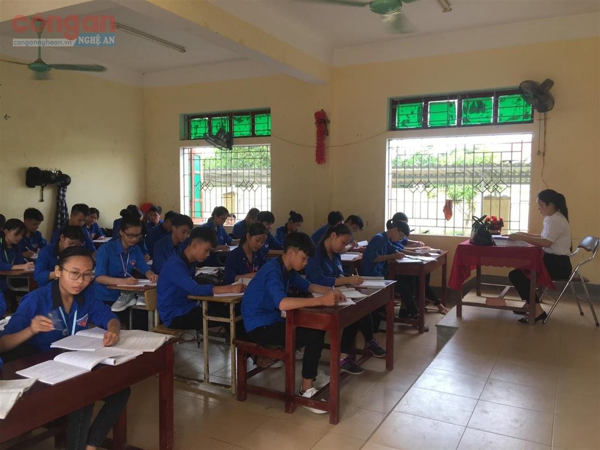 Giáo viên Trường THCS Hưng Thái Nghĩa (Nam Đàn) đang tăng tốc                               ôn tập cho học sinh lớp 9