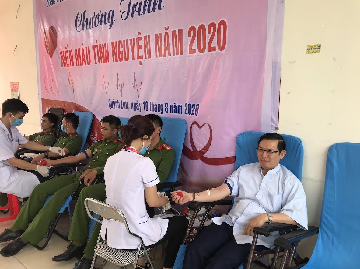 Linh mục Trần Ngọc Du, quản xứ Thanh Dạ cùng CBCS tham gia hiến máu tình nguyện