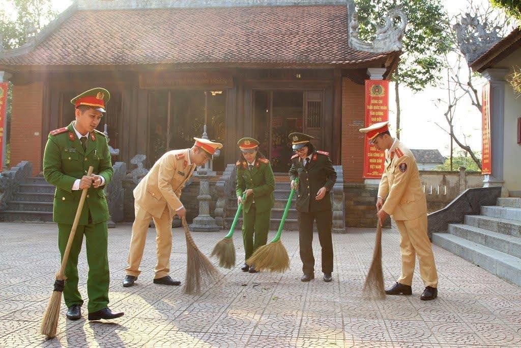 Những ngày này, Đoàn viên thanh niên Công an huyện Nam Đàn lại về thăm Nhà tưởng niệm đồng chí cố Bộ trưởng để chung tay lau chùi nhà cửa, bàn ghế, các khung ảnh; dọn dẹp vệ sinh môi trường, chỉnh trang khuôn viên.