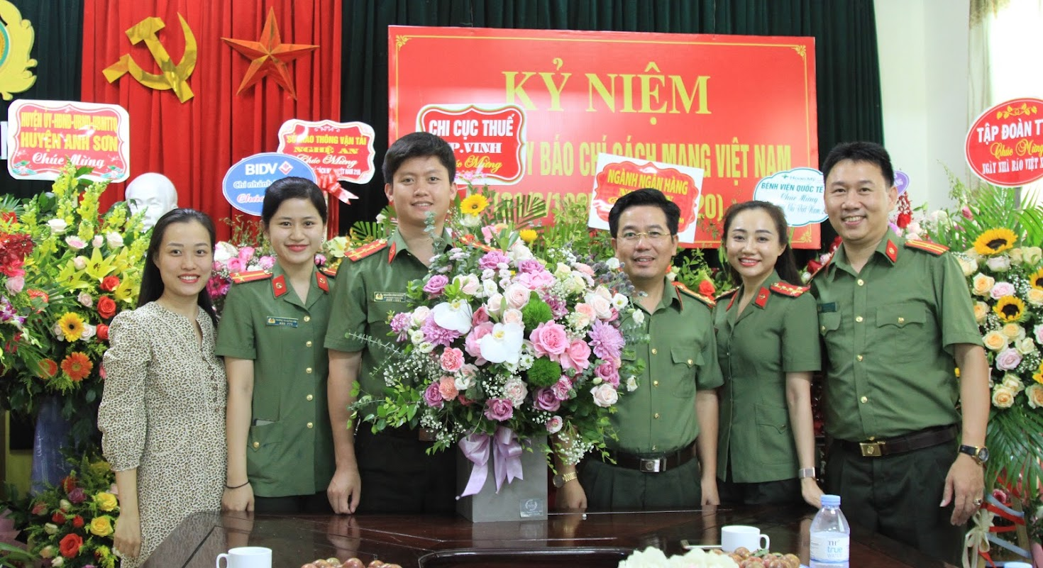 Đoàn thanh niên, Hội phụ nữ, Công đoàn Công an Nghệ An chúc mừng