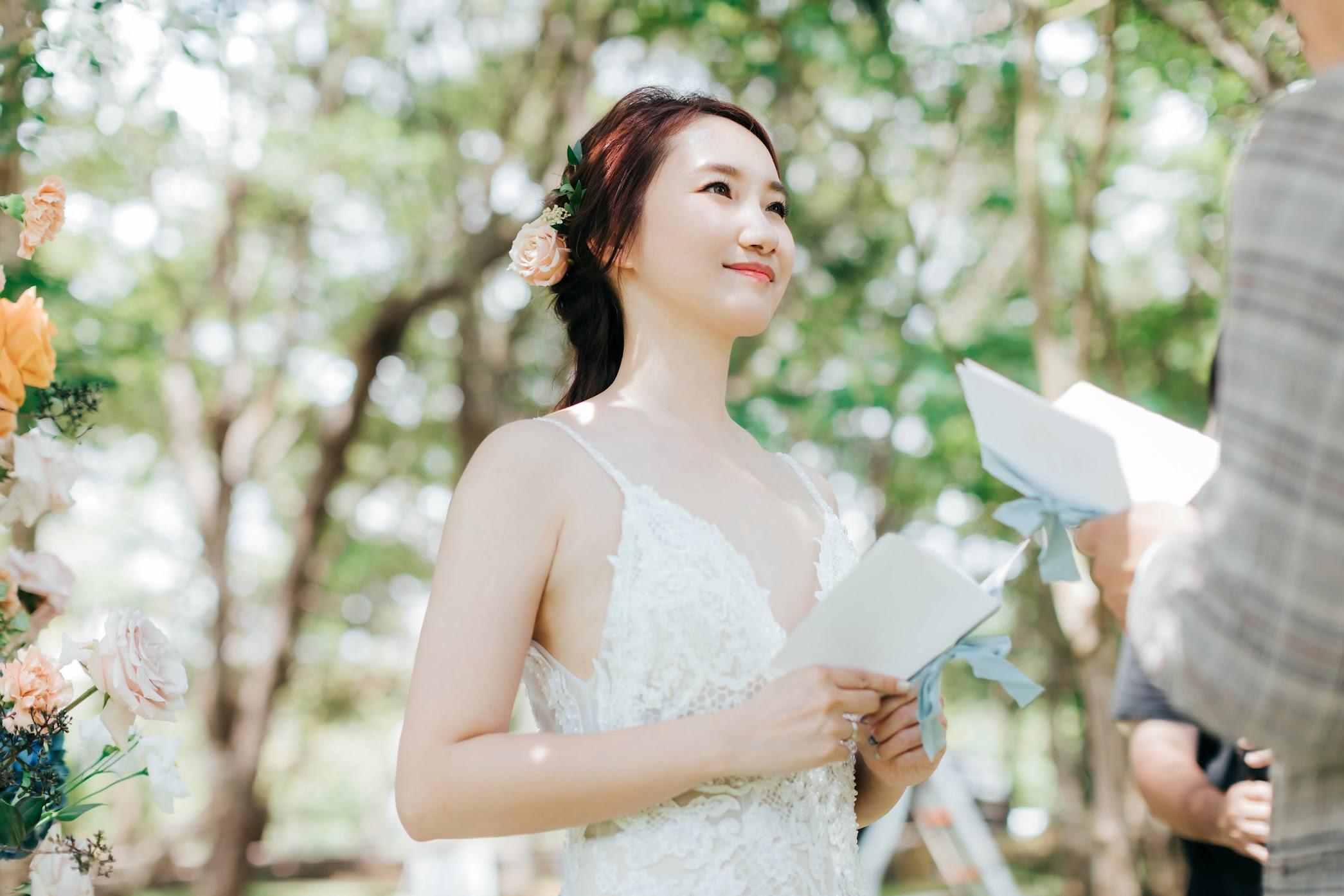 森林婚紗證婚篇 | Lucy + Seder Engagement | 森林裡的美式逐光婚紗 森林婚紗證婚篇 / 戶外 佈置 婚紗 / 美式婚紗婚禮 / 森林 婚紗, 今年夏天,我們前往都會公園 ,替 Lucy & Seder 拍攝了這組 戶外 證婚 婚紗,在熾熱的季節 , 森林 很涼爽舒適,使拍攝相當順利。這是一次非常深刻的 戶外 佈置 婚紗 拍攝經驗,而外拍後,我們又再前往棚內,在室內為他們拍攝AG便服的 逐光 美式 婚紗。