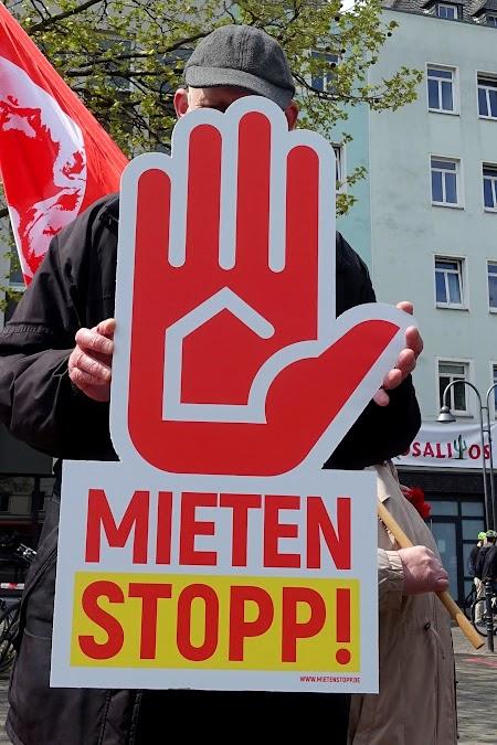 Hinter der Mieterhand ist ganz klar unser Bundestagskandidat Walter Stehling während der 1. Mai-Demo 2021 zu erkennen.