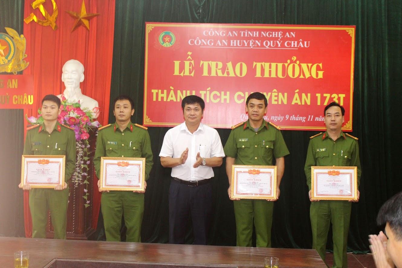 Đồng chí Nguyễn Thanh Hoài - Chủ tịch UBND huyện trao tặng Giấy khen cho 4 cá nhân có thành tích xuất sắc trong việc điều tra, phá án