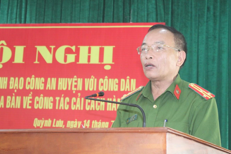 Thượng tá Hồ Phúc Đóa, Phó trưởng Công an huyện trả lời các câu hỏi của doanh nghiệp