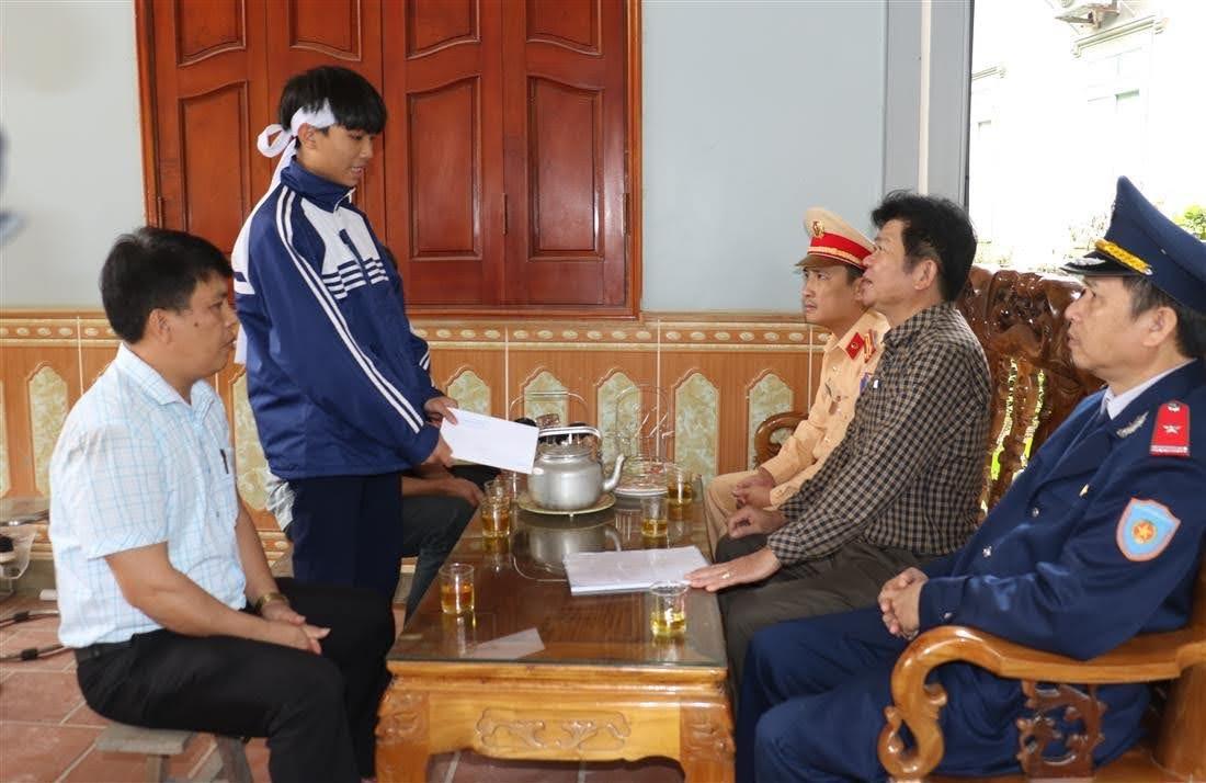 Chia sẻ, động viên với gia đình tại xã Cẩm Sơn, huyện Anh Sơn