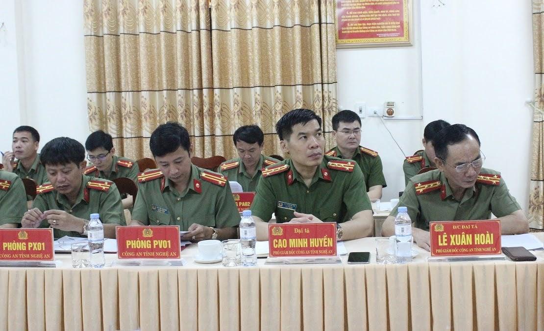 Đồng chí Đại tá Lê Xuân Hoài - Phó Giám đốc Công an tỉnh; đồng chí Đại tá Cao Minh Huyền - Phó Giám đốc Công an tỉnh và Trưởng các phòng nghiệp vụ Công an tỉnh tại buổi làm việc.