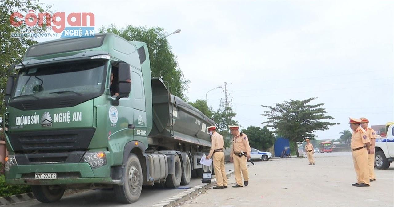 Lực lượng CSGT kiểm tra, cân trọng tải phương tiện tại Trạm CSGT Diễn Châu