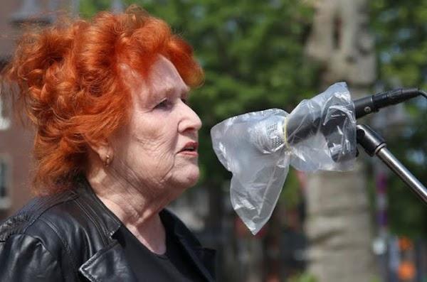 Am Mikrofon Irmgard Bobrzik .