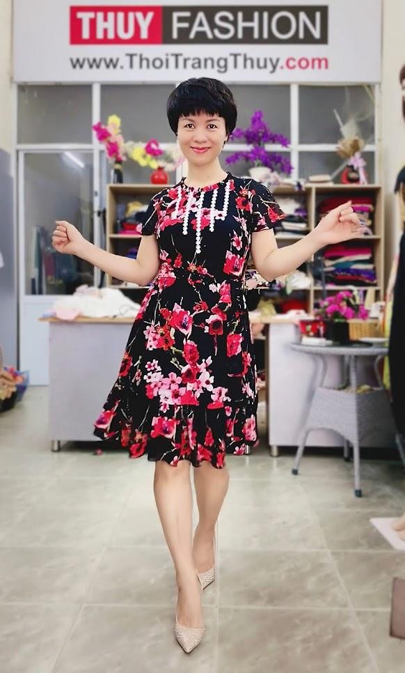Váy xòe vải hoa màu đỏ đen mặc dạo phố thời trang thủy quảng ninh