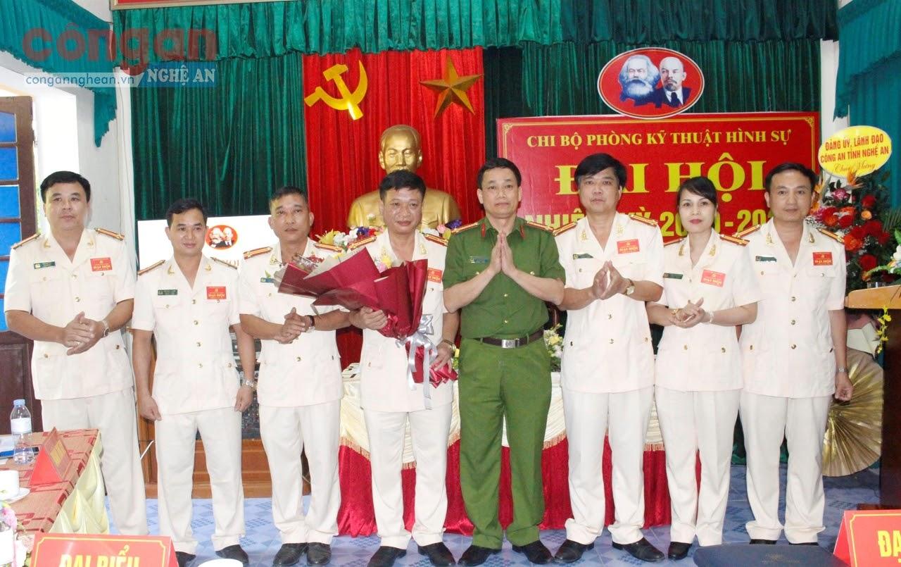 Đồng chí Đại tá Nguyễn Mạnh Hùng, Phó Giám đốc Công an tỉnh Nghệ An chúc mừng BCH Chi bộ Phòng Kỹ thuật hình sự nhiệm kỳ 2020 - 2025