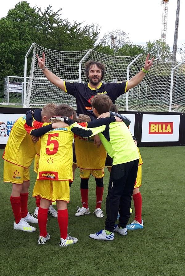 """Moderátor Tomáš """"Tomaggio"""" Kadlec je ambasádorom výzvy, v ktorej futbalové tímy predvedú svoj pokrik"""