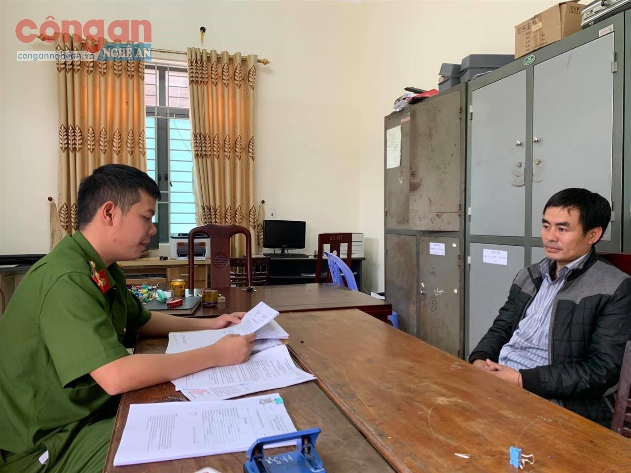 Cán bộ Công an huyện Kỳ Sơn làm việc  với đối tượng Lương Văn Tuấn