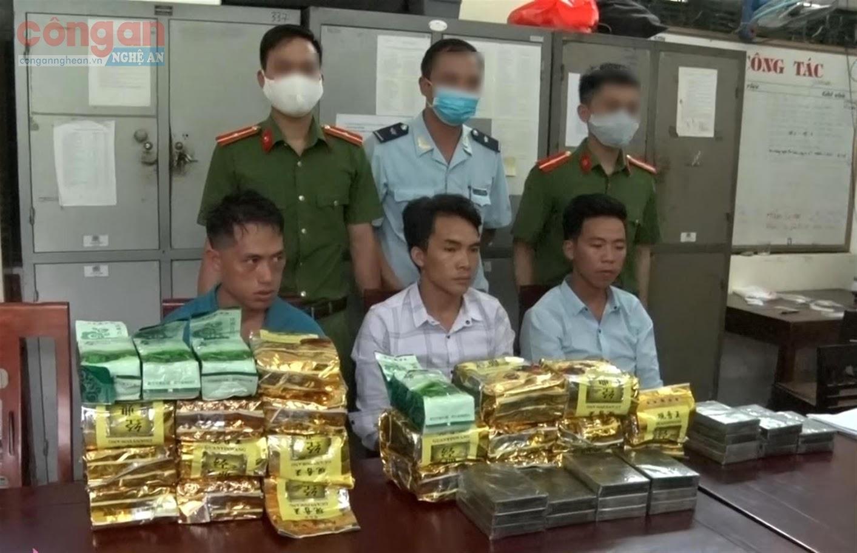 Đối tượng (X), tang vật (20 kg ma túy dạng đá, 20 bánh hêrôin, 4 kg ketamin) trong đường dây vận chuyển ma túy từ Lào về bị Công an huyện Kỳ Sơn triệt xóa (tháng 5/2020)
