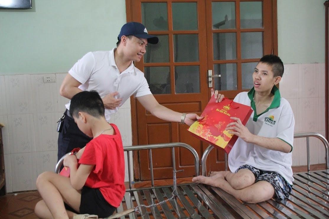 Hệ thống nhà thuốc Kiên Thảo trao quà Trung thu cho các em tại Trung tâm