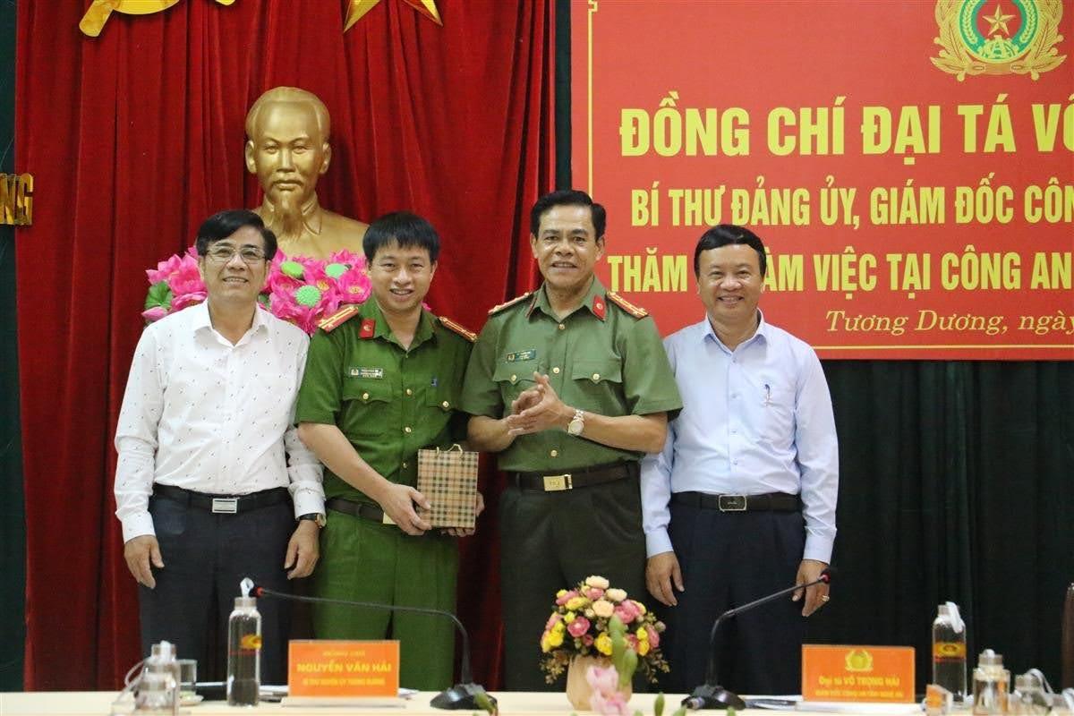 Đồng chí Đại tá Võ Trọng Hải, Bí thư Đảng uỷ, Giám đốc Công an tỉnh trao tặng 500 triệu đồng hỗ trợ Công an huyện Tương Dương xây dựng trụ sở Công an xã.