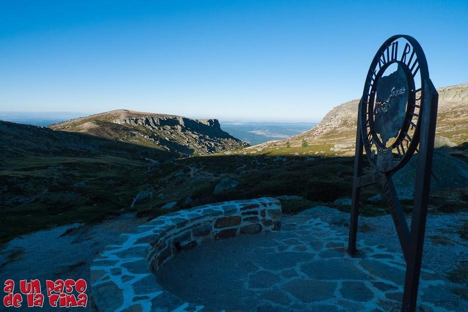 Monumento al Nacimiento del Duero, al fondo se ve el Alto de Rasón.