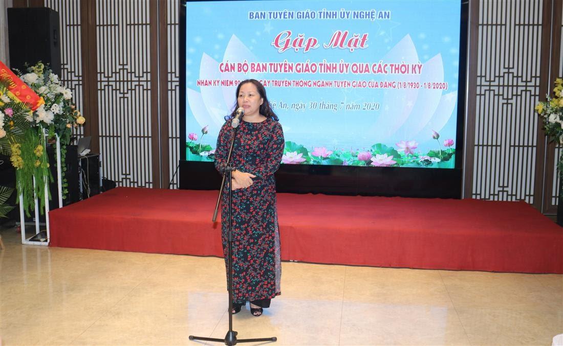Đồng chí Nguyễn Thị Thu Hường, Ủy viên Ban Thường vụ, Trưởng Ban Tuyên giáo bày tỏ lời tri ân tới cán bộ Ban Tuyên giáo qua các thời kỳ tại buổi gặp mặt