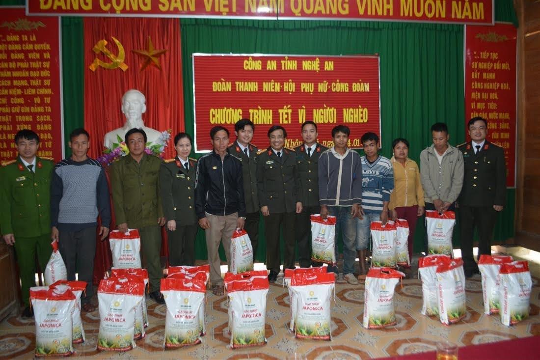 Trao tặng gạo cho người dân tại bản Xa Mặt