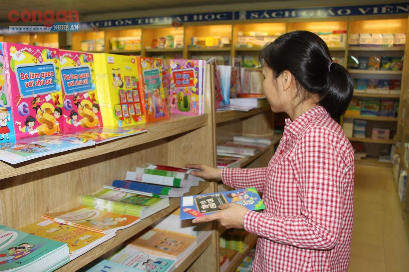 Phụ huynh lựa chọn SGK cho con tại nhà sách trên địa bàn tỉnh Nghệ An