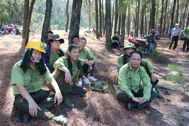 Các lực lượng nghỉ ngơi sau khi khống chế ngọn lửa